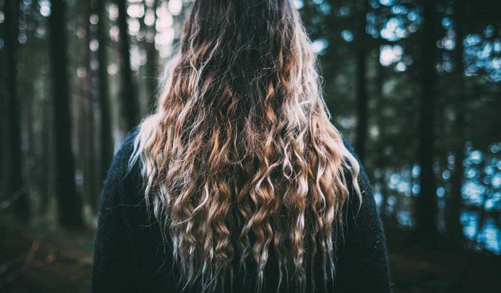 Je länger dein Haar vor dem Dreadlocks machen ist, desto besser. Sie müssen mindestens 15cm lang sein.